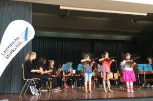 """Das Streichorchester """"Streichkonfekt"""" zusammen mit dem jüngsten Nachwuchs im Kulturkessel in Bad Salzschlirf (Foto: Lauterbacher Musikschule)"""