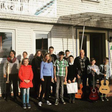 Schülerkonzert mit Klavier, Gitarre und Bläsern