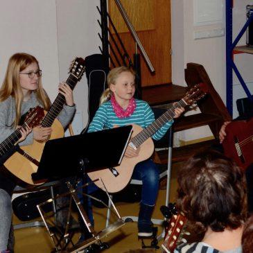 Schülervorspiel der Gitarrenklasse von Peter McAven